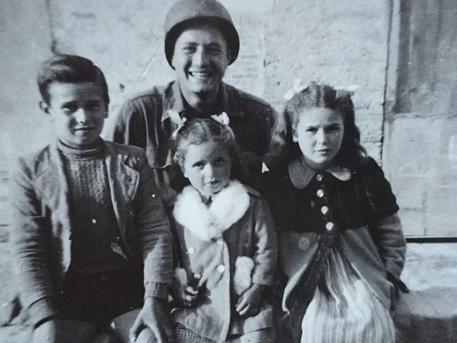 ++ Il soldato Adler ritrova i 'suoi' bambini, 76 anni dopo ++